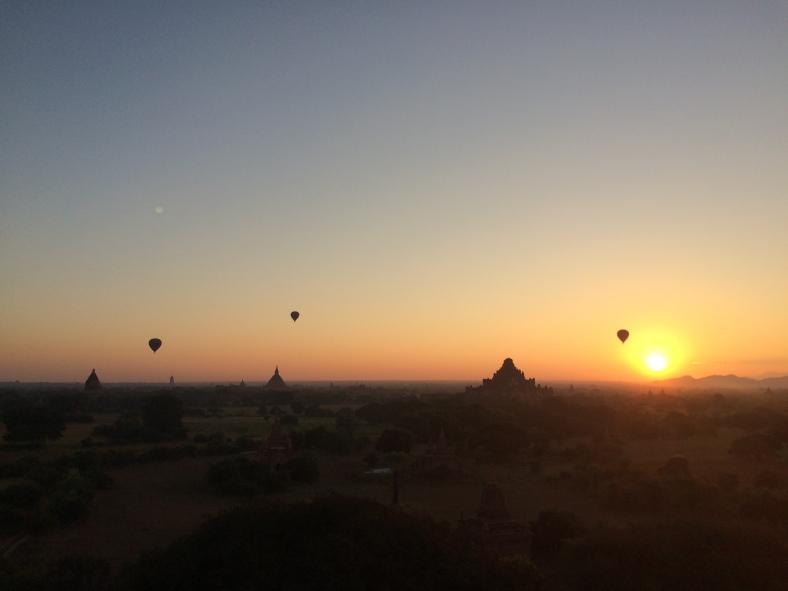 Východ slunce z pagody v Baganu