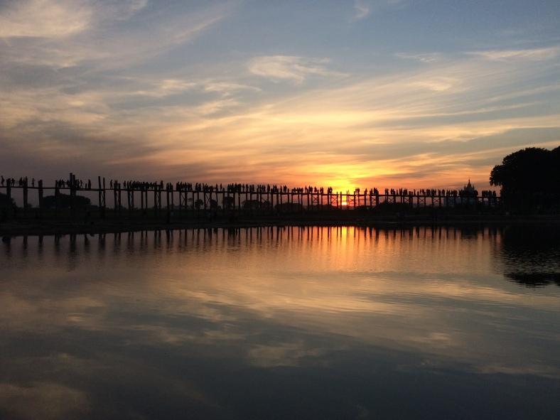 Západ slunce u mostu v Mandalay