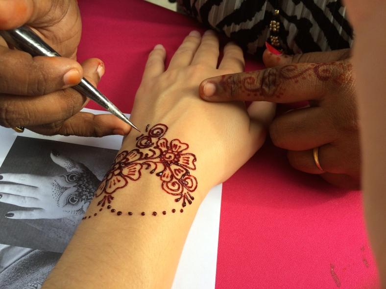 Zdobení mé levé ruky hennou ...