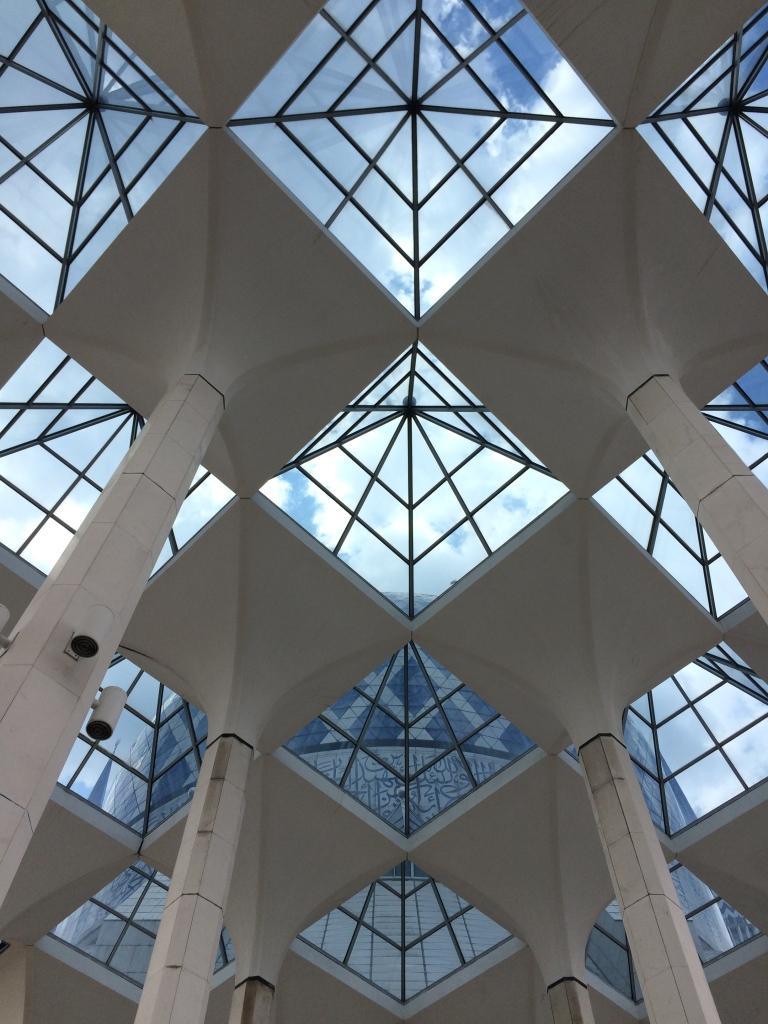 Prosklený strop chodby vedoucí do hlavní modlící místnosti...