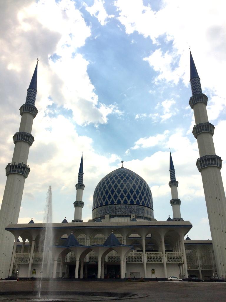 Pohled na modrou mešitu a její čtyři minarety