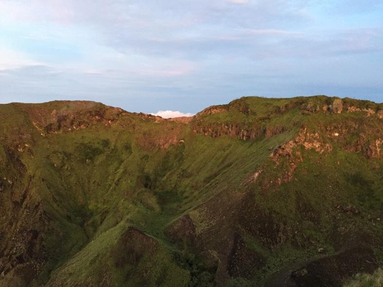 Nechtěla jsem tam úplně zahučet, takže jak to vypadá uvnitř kráteru, si vygooglujte nebo si tam udělejte výlet :D