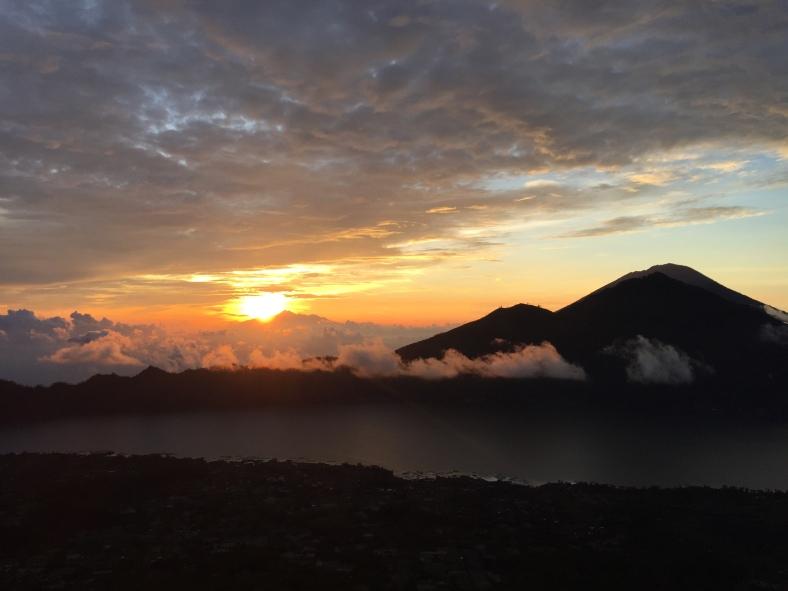 Východ slunce na Baturu krásně osvítil i jezero, které se nachází na jeho úpatí :)